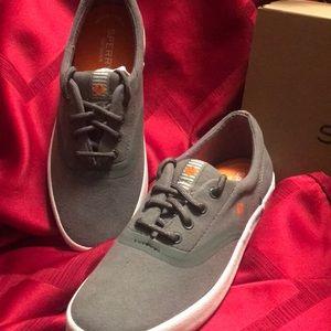 New boys Sperry tennis shoes Sz 4y grey